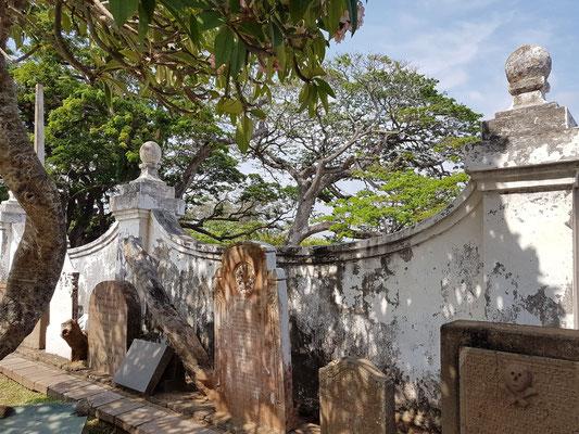 Grabmäler auf dem Hof der Niederländisch Reformierten Kirche