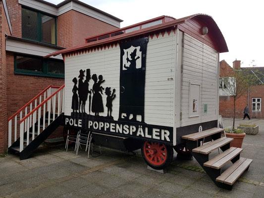 Poppenspälerwagen hinter der St.-Laurentius-Kirche (http://www.pole-poppenspaeler.de/poppenspaelerwagen/)
