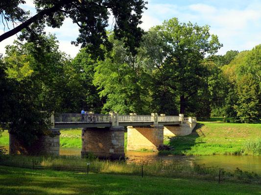 Englische Brücke über die Lausitzer Neiße führt in den polnischen Teil des Parks