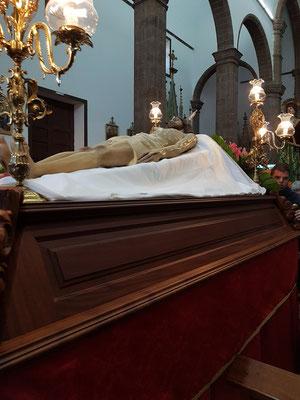 Der tote Gottessohn auf dem Sarg