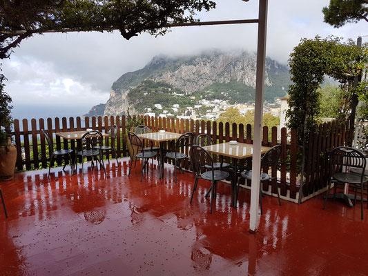 Frühstücksterrasse des Hotels La Reginella nach einem Regenschauer
