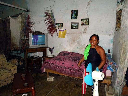 """Indiras """"Wohn- und Schlafzimmer"""", im Erdgeschoss einer alten Hausruine, mit Tüchern und Platten vom abgestellten Schutt getrennt"""