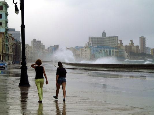 Am Malecón bei Regen und stürmischer See