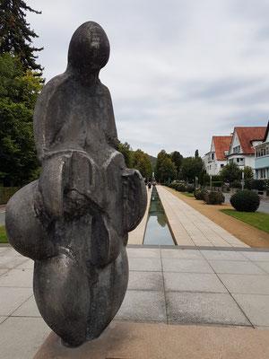 Monumentale Vergrößerung einer Venus-Statuette aus der Jungsteinzeit symbolisiert Fruchtbarkeit und Lebenskraft.