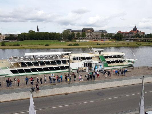 """Salonschiff """"August der Starke""""  am Terrassenufer der Elbe, Blick zum Sächsischen Staatsministerium für Kultus und zur Sächsischen Staatskanzlei  (rechts)"""