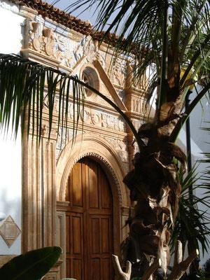 Pájara, Pfarrkirche Nuestra Señora de Regla (1687), Portal im Stil des mexikanischen Barock mit aztekischen Elementen (Sonnen, Schlangen, Panther, Vögel)