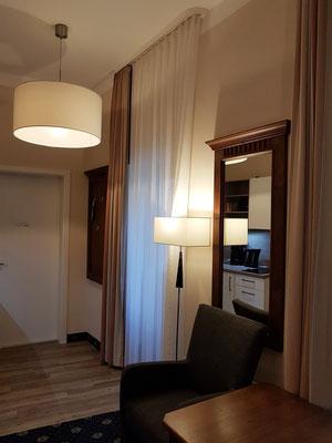 Mein Zimmer im Aparthotel Altes Schwedisches Konsulat, im Spiegel ist der Küchenblock sichtbar