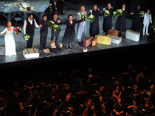 Applaus: (v.l.n.r.) Ingela Brimberg (Elsa), Eric Cutler (Lohengrin), Alain Altinoglu (Dirigent), Olivier Py (Regisseur), Elena Pankratova (Ortrud),  Gabor Bretz (Heinrich der Vogler)