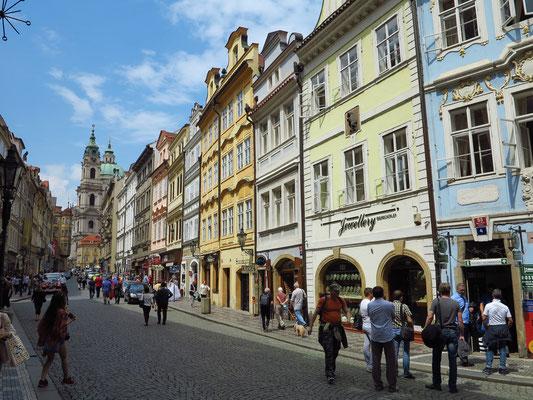 Straße Mostecká mit Blick auf die St.-Nikolaus-Kirche