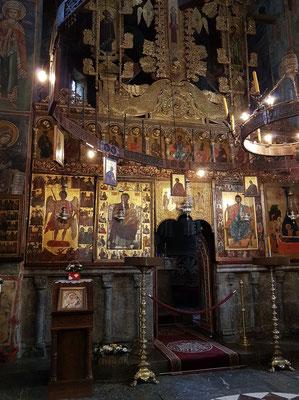 Prächtig geschnitzte Ikonostase mit Ikonen in der Klosterkirche Morača, entstanden zwischen 1600 und 1617