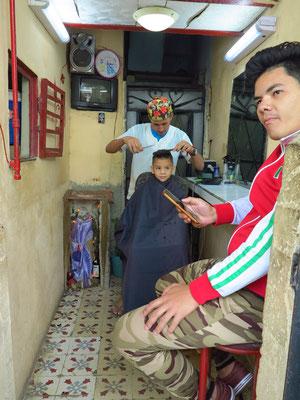 Friseur im Hauseingang in Habana Vieja