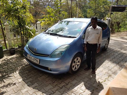 Angekommen im  Guesthouse New Blue Home in Ella: Anura Shantha mit seinem Toyota Prius hybrid