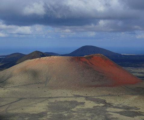 Blick von der Montaña Negra nach N auf die Caldera Colorada, westlich von Masdache
