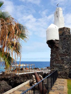 Garachico, Castillo de San Miguel mit weißem Glockenturm