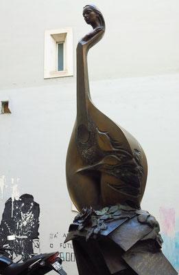 Altstadt von Coimbra, Skulptur einer portugiesischen Gitarre an der Porta de Barbacã