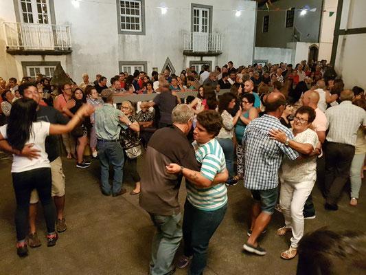 Dorffest im abendlichen Fajã Grande mit Tanz vor der Kirche
