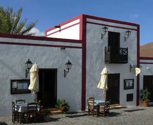 La Vega de Río de las Palmas, Kirchplatz mit Restaurant