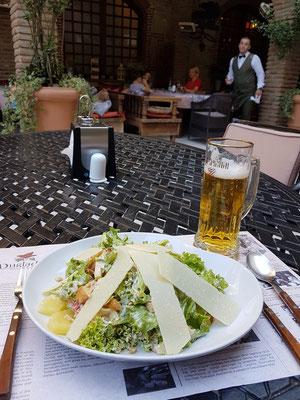 """""""Salad of Georgian House"""", mit Hähnchen und Ananas, dazu ein georgisches Bier"""