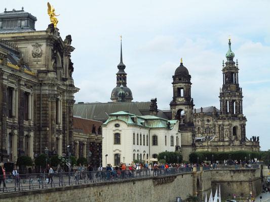 Blick auf die Brühlsche Terrasse. V. l. n. r.: Hochschule für Bildende Künste, Sekundogenitur, Ständehaus (mit vergoldeter Figur der Saxonia von Johannes Schilling) und Hofkirche