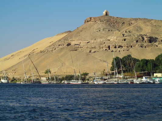 Blick auf den Gräberberg Abo Elhawa bei Assuan
