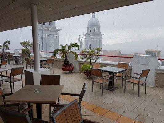 Dachterrasse des Hotels Casa Granda bei Regen