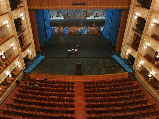 Blick vom vierten Rang zur Bühne