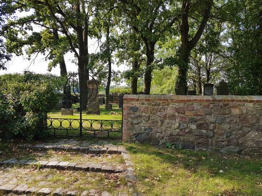 Jüdischer Friedhof in Groß Neuendorf, Mauer und Eingangstor. Restaurierung des jüdischen Friedhofs 1992-94
