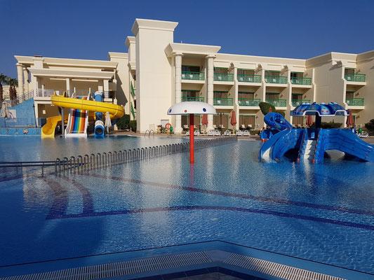 Pool-Anlage mit Rutschen des Hilton Resorts