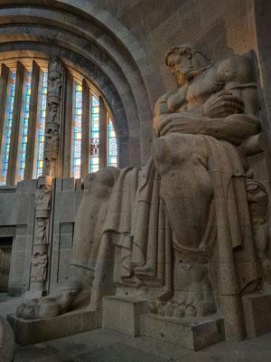 In der Ruhmeshalle vier 9,5Meter hohe Statuen der Totenwächter. Sie stellen Personifikationen der Tugenden des deutschen Volkes in den Befreiungskriegen (Tapferkeit, Glaubensstärke, Volkskraft, Opferbereitschaft) dar.