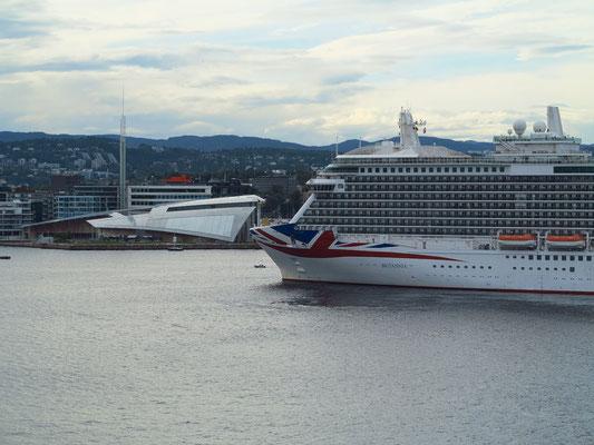 Einfahrt in den Hafen von Oslo, Begegnung mit dem, Kreuzfahrtschiff BRITANNIA, im Hintergrund links das Kunstmuseum Astrup Fearnley Museum of Modern Art