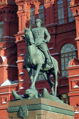 Vor dem Historischen Museum: das 11 Meter hohe und 100 Tonnen schwere Denkmal für Marschall Schukow (der 1945 Berlin einnahm)