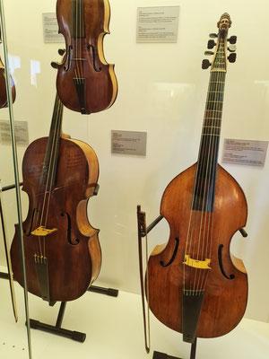 Violoncello und 7-saitige Viola da Gamba (rechts) im Instrumentenraum des Bachhauses