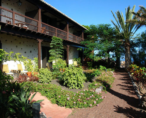 San Sebastián, Parador Nacional Conde de la Gomera, Garten und Gebäudeteil mit Hotelzimmern