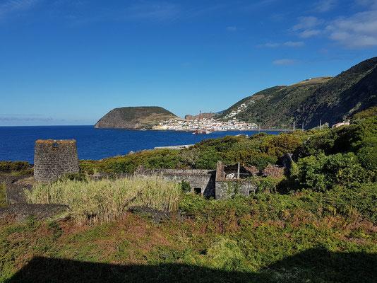 Blick von der Ferienanlage Cantinho das Buganvilias zur Hafenstadt Velas
