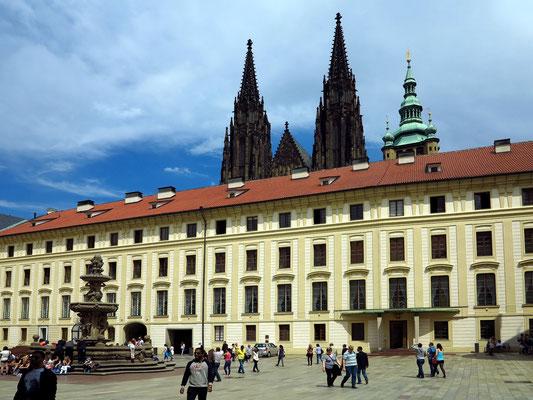 Blick auf die Prager Burg, die Glockentürme des Veitsdoms und den Kohls-Brunnen