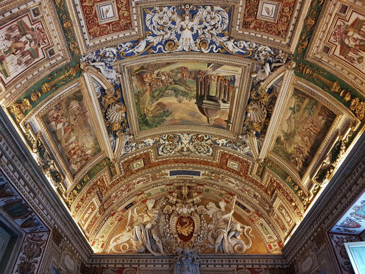 Deckenmalereien und Ornamente erfolgten durch Maler und Stuckateure, die hier unter der Leitung von Girolamo Muziano bis 1590 tätig waren.