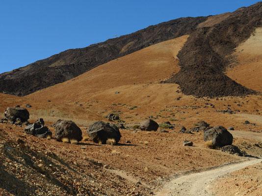 Montaña Blanca (2735 m) mit den Huevos del Teide, im Hintergrund dunkle phonolithische Lavaströme