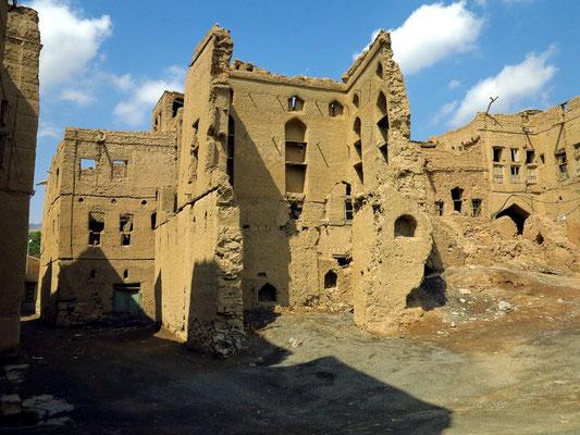 Verfallene Lehmhäuser in Al Hamra