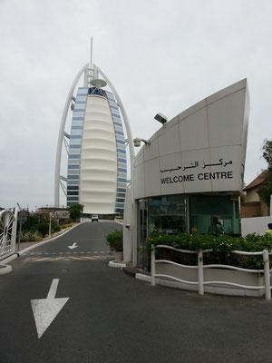 Vor dem Welcome Centre des Burj Al Arab