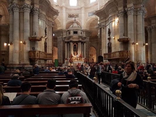 Kathedrale zum heiligen Kreuze über dem Meer, Innenraum mit Altar