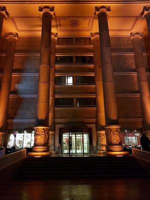 Kolonade an der östlichen Giebelseite des Artemis-Hotels