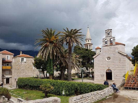 Altstadt von Budva, mit der orthodoxen Dreifaltigkeitskirche, dahinter der Kirchturm von Sveti Ivan