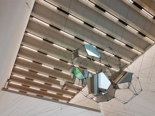 Decken-Installation von Tomás Saraceno in der Eingangshalle des Bauhaus-Museums