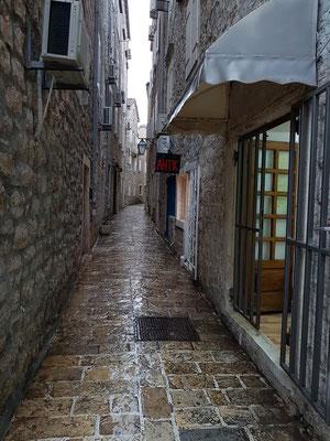 Regen in den Gassen von Budva