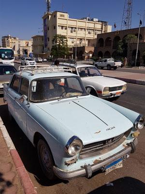 """Unverwüstlicher Peugeot 404, das """"Arbeitstier"""" in Ägypten, dahinter unser Taxi, ein Peugeot 504 Break"""