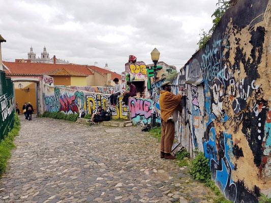 Weg mit Graffiti zum Miradouro de Santa Luzia