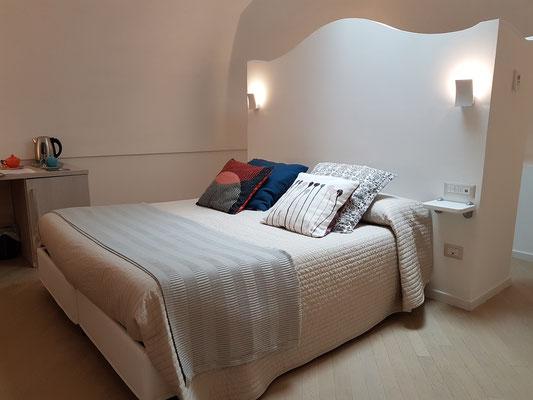 Casa MAO. Das Doppelbett steht frei im Raum.
