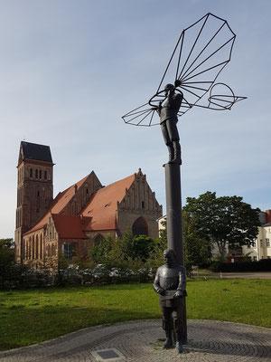 Denkmal von Eckhard Herrmann für die Brüder Lilienthal vor der Anklamer Marienkirche