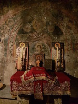 Blick hinter die Ikonostase in der älteren Kirche von Podmaine