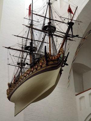 Modellschiff als Votivgabe unter der Vierung, größtes Schiff in einer dänischen Kirche (2,65 m lang, 3,5 m hoch)